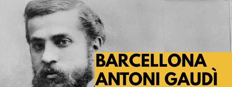 Fotografia di Antoni Gaudì in bianco e nero con rettangolo arancione e scritta nera in basso a destra Barcellona Antoni Gaudì