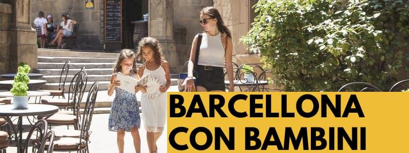 Fotografia di una mamma con due bambine che camminano per un vicolo di Barcellona con rettangolo arancione in basso a destra con scritta nera Barcellona con bambini