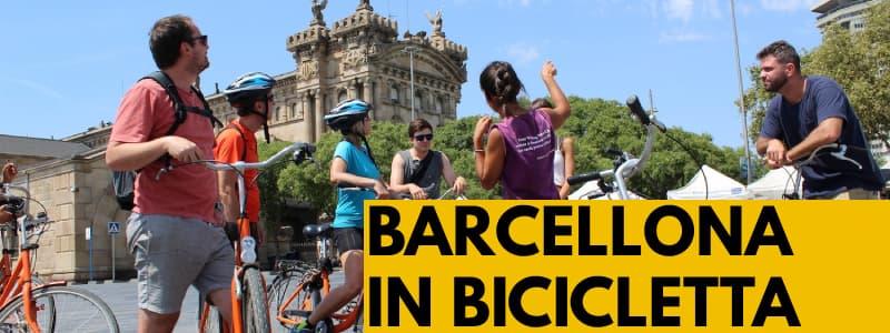 Fotografia di un gruppo di persone in bicicletta a Barcellona che seguono un tour per visitare la città con rettangolo arancione in basso a destra e scritta nera Barcellona in bicicletta