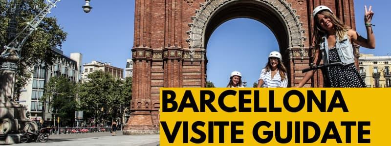 Fotografia di un arco in mattoni di Barcellona con alcuni turisti a destra con rettangolo arancione in basso a destra e scritta nera Barcellona visite guidate