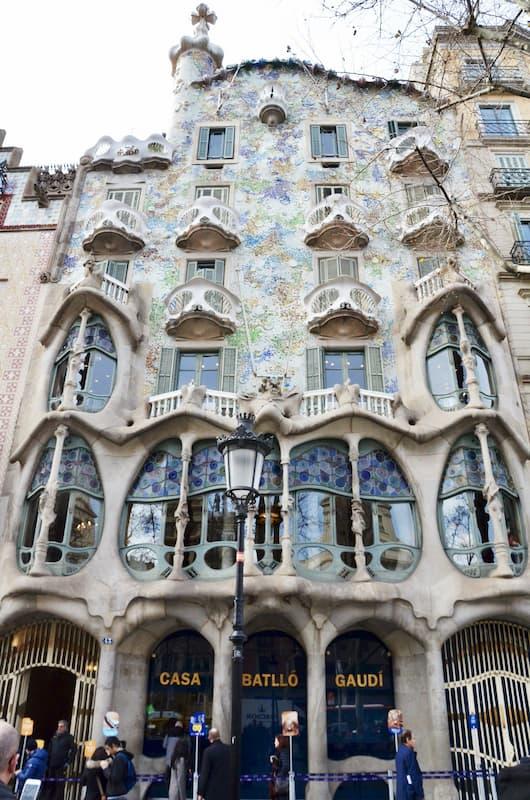 Fotografia dall'esterno di Casa Batlló di Antoni Gaudì a Barcellona in una giornata nuvolosa
