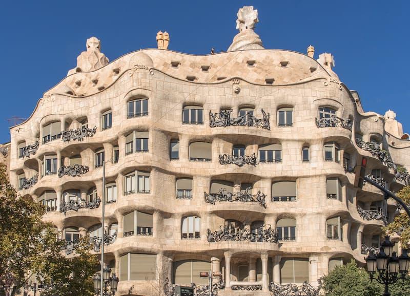 Fotografia dall'esterno di Casa Milà (o la Pedrera) a Barcellona, un edificio che ricorda un nido d'api progettato da Antoni Gaudì