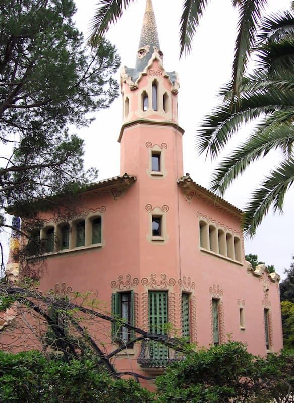 Fotografia dell'esterno della casa museo di Antoni Gaudí rosa in una giornata nuvolosa
