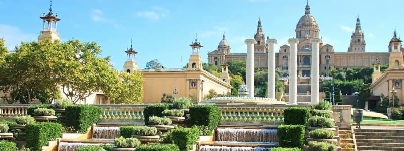Fotografia del giardino con palazzo del Parc De Montjuic di Barcellona con il cielo azzurro