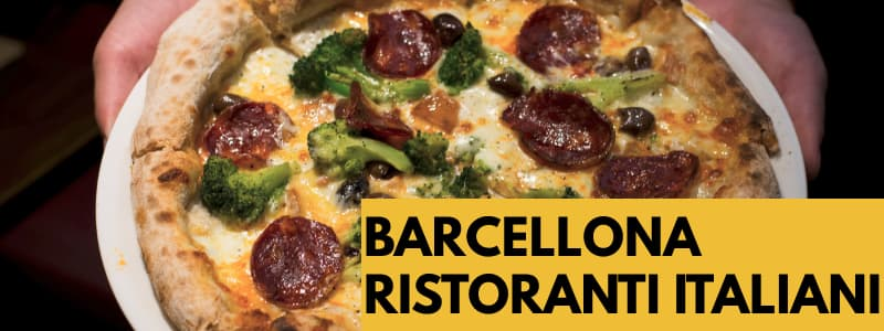Fotografia ravvicinata di una pizza condita su un piatto retto da 2 mani con rettangolo arancione in basso a destra con scritta nera Barcellona ristoranti italiani