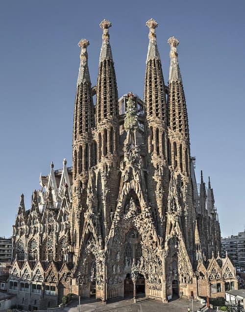 Fotografia di un lato della Sagrada Familia a Barcellona con il cielo azzurro in secondo piano