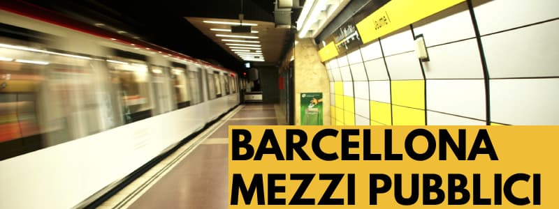 Fotografia di una stazione della metropolitana di Barcellona con pannelli luminosi gialli e bianchi sul lato destro e rettangolo arancione in basso a destra con scritta nera Barcellona Mezzi Pubblici