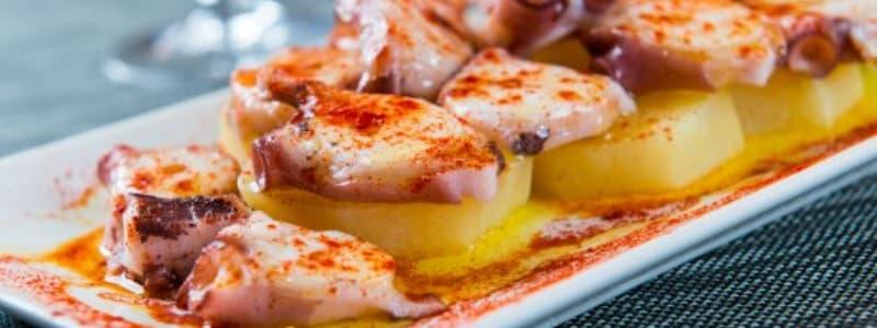 Fotografia ravvicinata di tapas spagnole condite in fila su un piatto