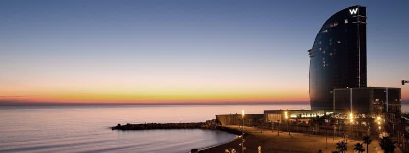 Fotografia dell'esterno albergo W-Barcelona al tramonto con mare e pezzo di spiaggia