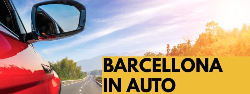 Fotografia dello specchietto di un'automobile rossa sulla strada con gli alberi sulla destra ed il sole che spunta tra gli alberi. In basso a destra rettangolo arancione con scritta nera Barcellona in auto