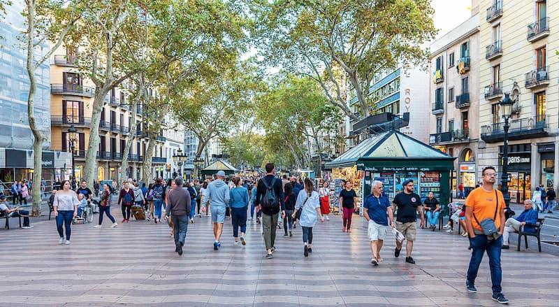 Fotografia della Rambla dels Estudis di Barcellona con le persone che camminano