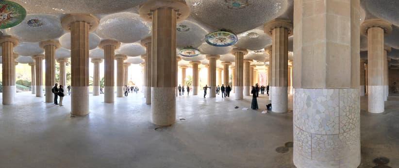 Fotografia della Sala Hipostila Parc Güell, una sala aperta con molte colonne che sorreggono la terrazza