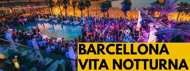 Fotografia di un locale notturno all'aperto a Barcellona con rettangolo arancione in basso a destra con scritta nera Barcellona vita notturna