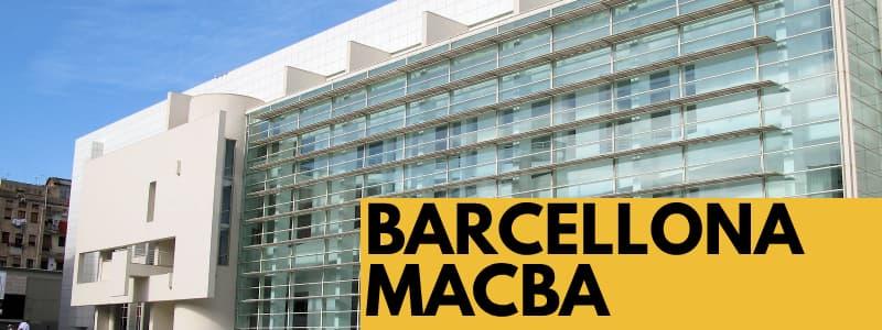 Fotografia dall'esterno dell'edificio del Museo d'arte Contemporanea di Barcellona con rettangolo arancione in basso a destra con scritta nera Barcellona MACBA