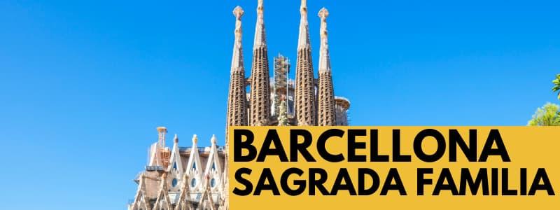Fotografia dell'esterno della Sagrada Familia di Barcellona con cielo azzurro e rettangolo arancione in basso a destra con scritta nera Barcellona Sagrada Familia