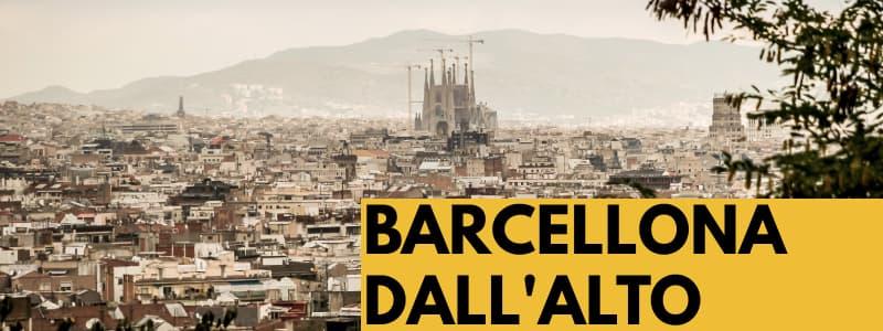 """Fotografia della città di Barcellona dall'alto con albero sulla destra e rettangolo arancione in basso a destra con scritta nera """"Barcellona dall'alto"""""""