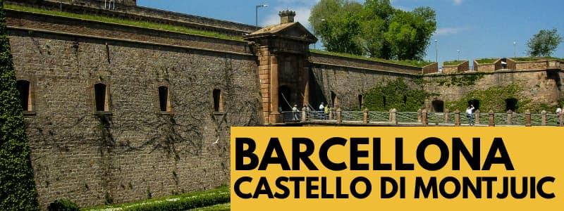 """Fotografia del castello di Montjuïc con cielo azzurro in alto e rettangolo arancione in basso a destra con scritta nera """"Barcellona Castello di Montjuïc"""""""