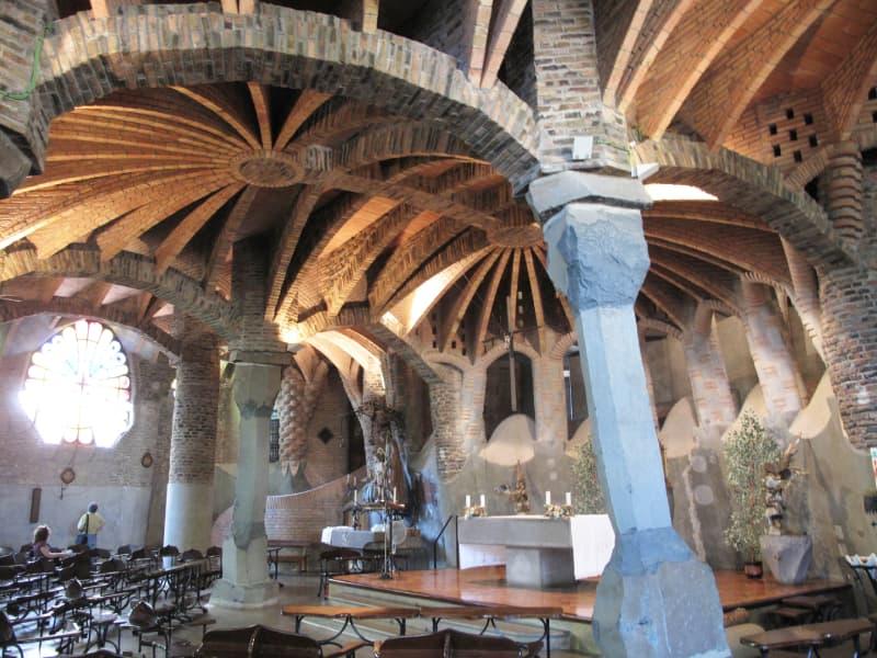 Fotografia dell'interno della Cripta della Colonia Güell realizzata con legno, mattoni e cemento