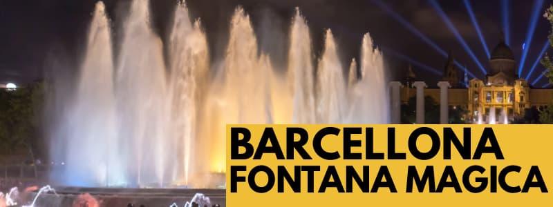 """Fotografia della Fontana Magica di Montjuïc con i getti d'acqua che vanno verso l'alto di sera con le luci alle spalle ed una folla di persone in basso. Rettangolo in basso a destra arancione con scritta nera """"Barcellona Fontana Magica"""""""