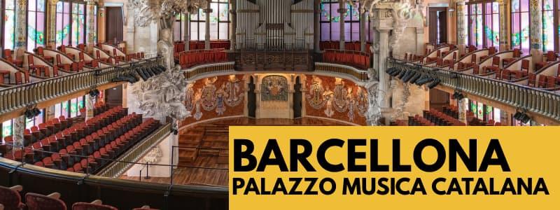 """Fotografia della sala concerti vuota del Palazzo della Musica Catalana di Barcellona con rettangolo arancione in basso a destra con scritta nera """"Barcellona Pallazzo Musica Catalana"""""""